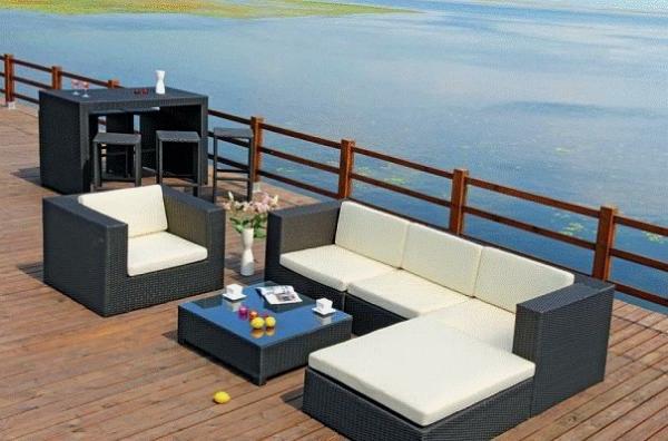 sofa-mit-einem-nesttisch-und-ein-bartisch-daneben- balkon