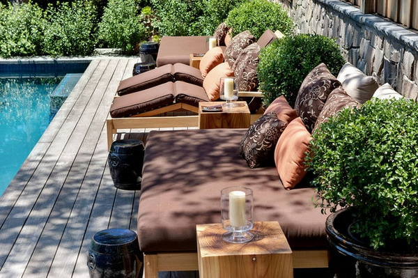 sommer-betten-outdoor-schöne dekokissen