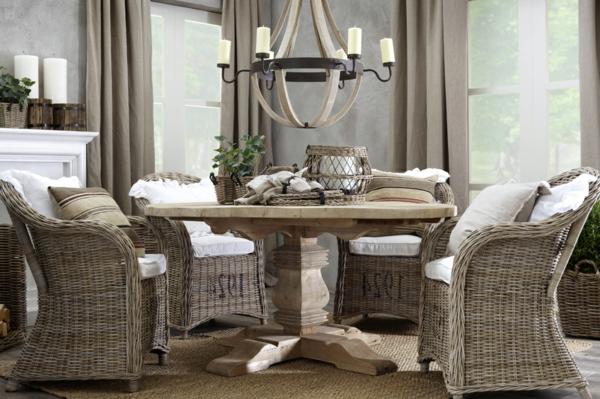 stühle-aus-rattan-im-schönen-esszimmer-graue gardinen