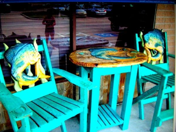 super-kreatives-modell-vom-hochtisch-mit-stühlen-elektrisch-blau- kreative gestaltung