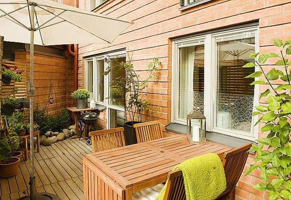 terrasse-aus-holz-sehr-schön- sonnenschirm-moderne gestaltung