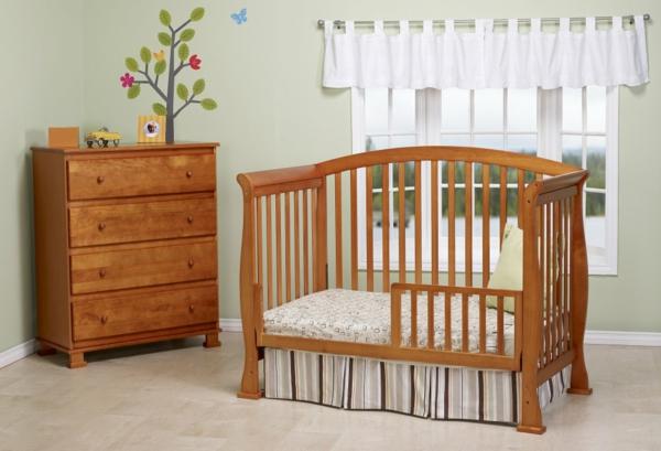 ultramoderne-babyzimmergestaltung-holz- gardinen in weiß
