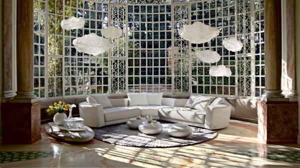 unglaubliche-wohnzimmereinrichtung-beispiele- weißes sofa mit dekokissen