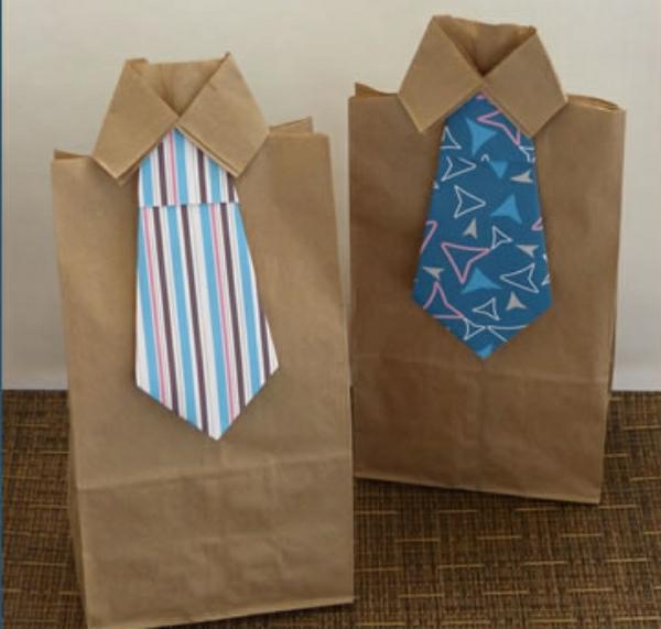 vatertagsgeschenke-basteln-zwei-tüten- zwei krawatten in verschiedenen farben
