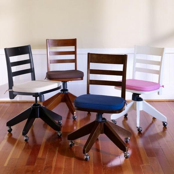 vier-moderne-schreibtischstühle-mit-rollen