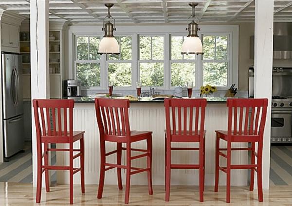 vier-schöne-rote-barhocker-in einer küche mit weißer farbgestaltung