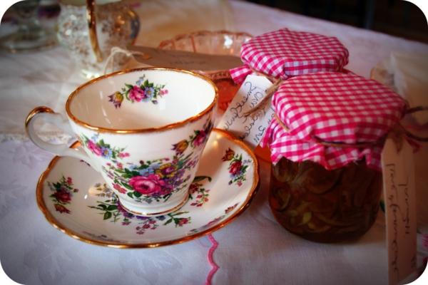 vintage-geschirr-rosige-nuancen-wunderschöne gestaltung