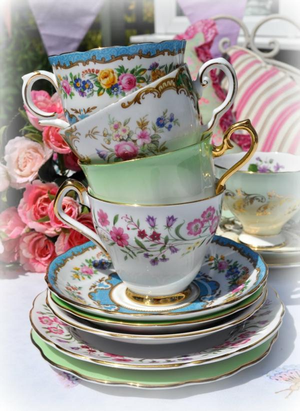 vintage-tassen-in-bunten-farben-ein-sehr schönes bild
