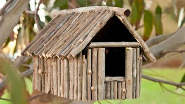vogelhaus-holz-schönes-design- viele kleine stöcke