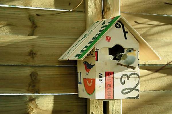 vogelhaus-selber-bauen-schön-aussehen-bunte farben und ein vogel