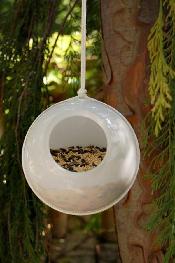 vogelhaus-selber-bauen-weiß- vom zweig hängend