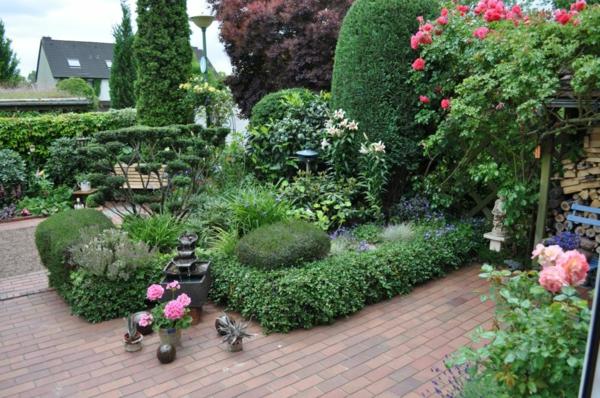 vorgartengestaltung-reihenhaus-holzpodest