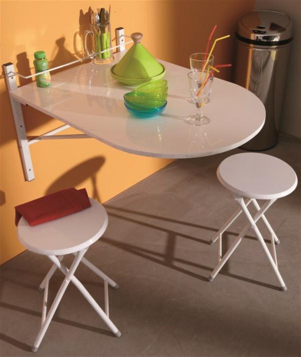 klapptisch-mit-zwei-rundstühlen
