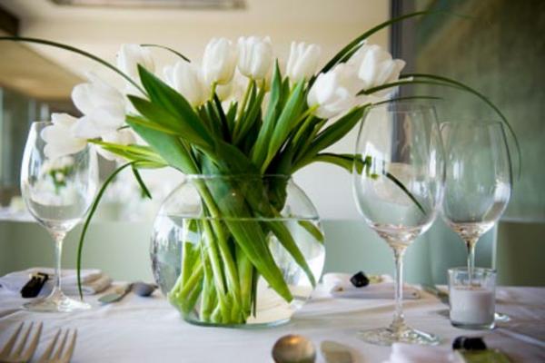 weiße-blumen-am-tisch-als-dekoration-für-hochzeit- tulpen im becher