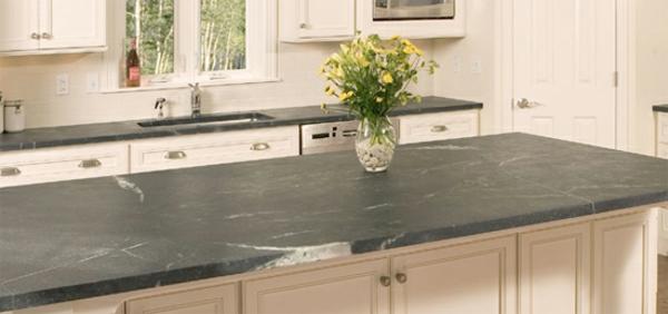 weiße-farbe-arbeitsplatte-aus-naturstein-für-die-küche-schöner blumenstrauß