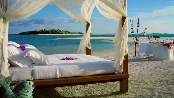 weiße-gardinen-für-outdoor-bett-helle-durchsichtige vorhänge