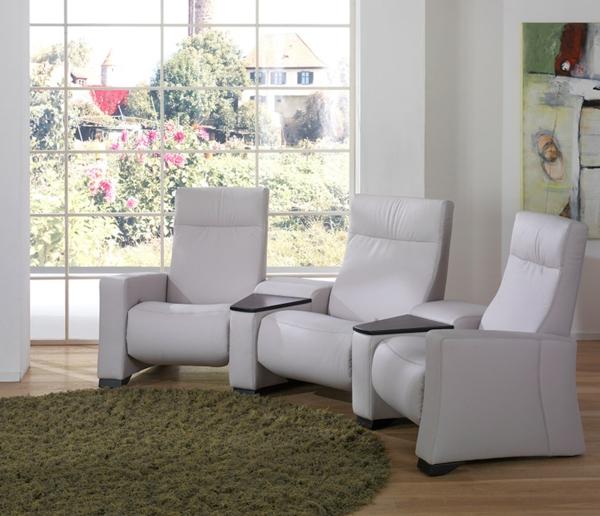 weiße-sessel-im-heimkino-teppich-mit-runder-form