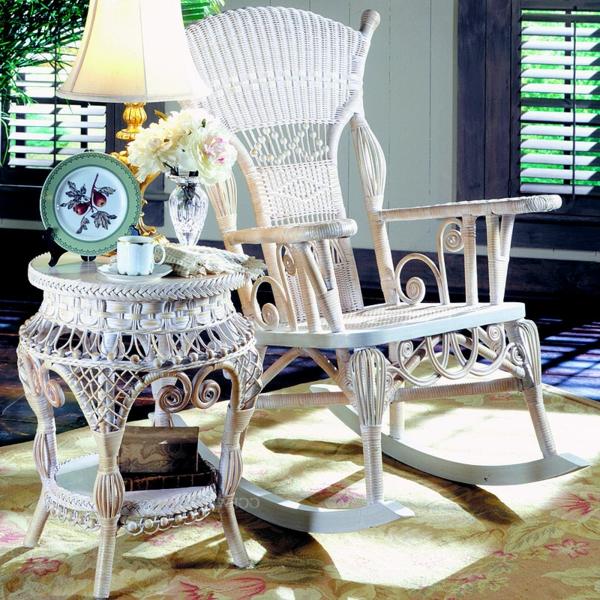 weißer-schöner-schaukelstuhl-aus-rattan- schöne lampe