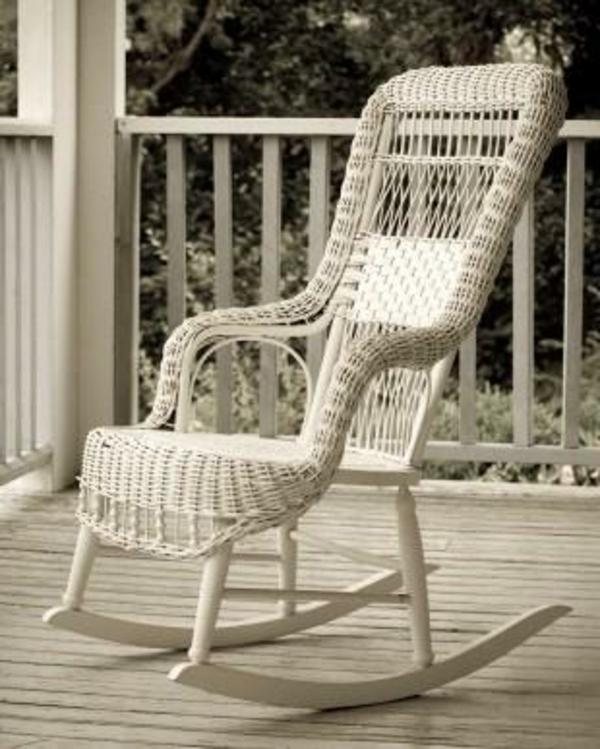 weißer-schaukelstuhl-aus-rattan- veranda gestaltung