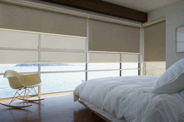 schönes schlafzimmer mit weißen bettbezügen und jalosen-blick aufs meer