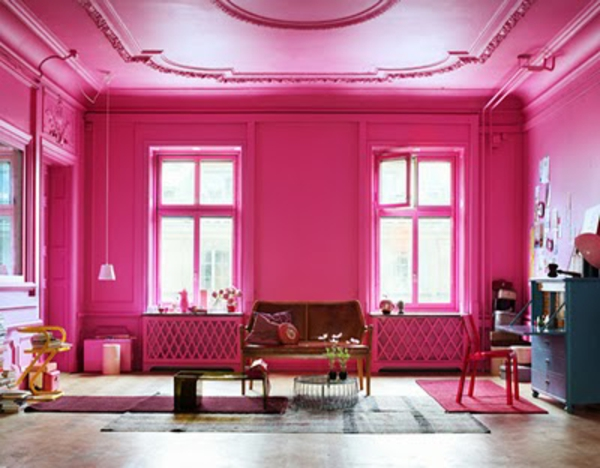 wohnzimmerwand-ideen-zyklamenfarbe-extravagante ausstattung