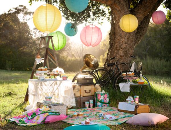 wunderschöne-dekoration-für-picknick-bunte vom baum hängende kugeln