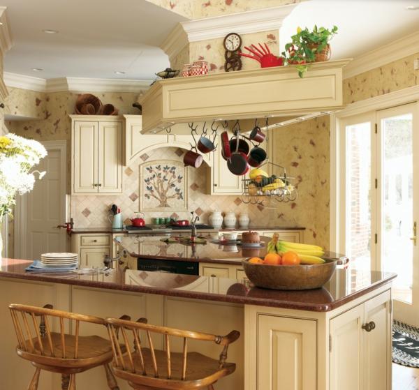 wunderschöne-französische-landhausküchen-zwei hölzerne barhocker