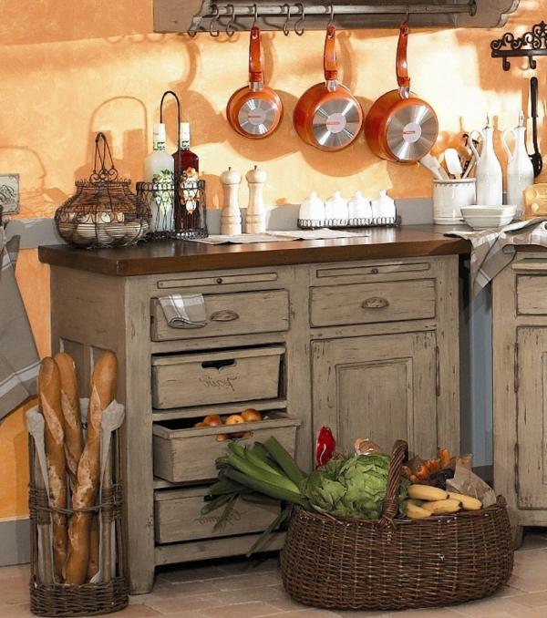 wunderschöne-gestaltung-französische-landhausküchen-korb mit obst und gemüse