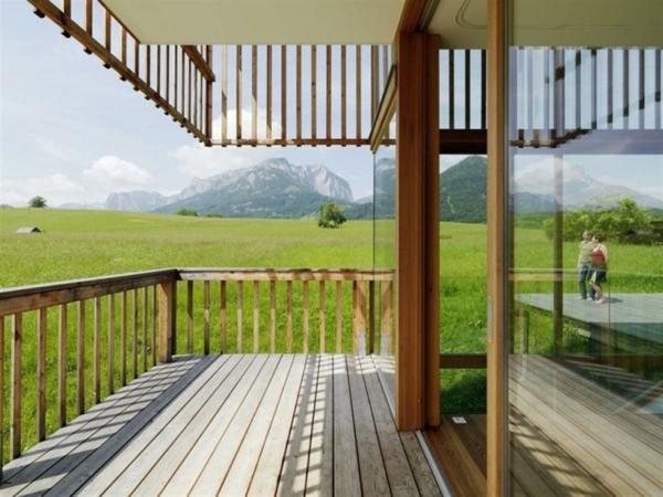 wunderschöner-balkon-aus-holz- grüne wiesen