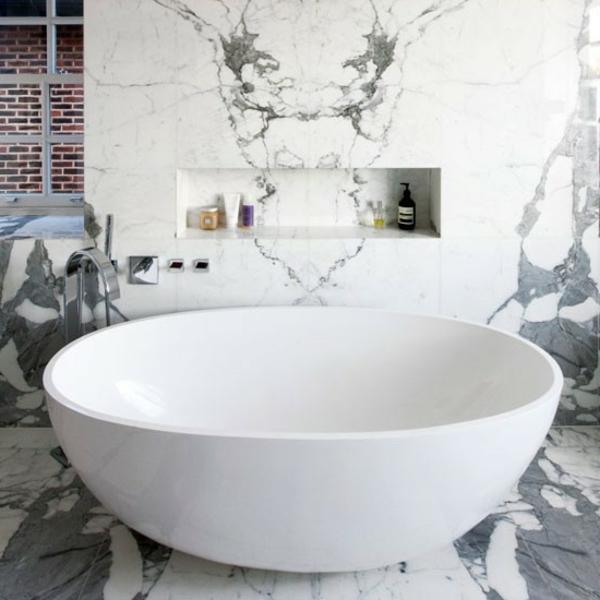 wunderschönes-bad-in-weiß- stein gestaltung und runde badewanne