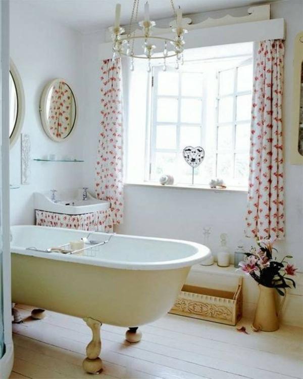 wunderschönes-bad-mit-einem-retro-look-interessante gardinen und eleganter kronleuchter