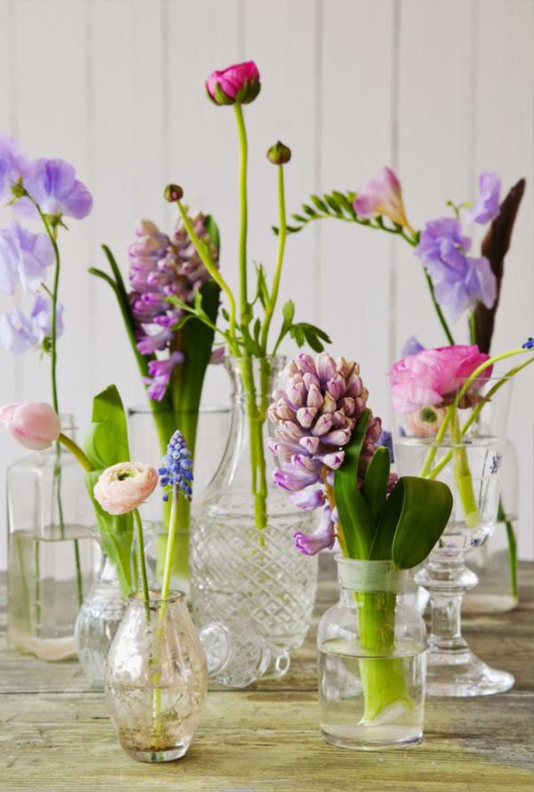 Hier ist eine interessante Idee für Tischdeko mit Blumen und Kerzen!
