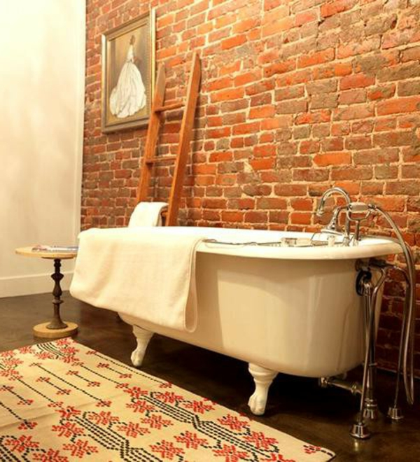 ziegelmauer-im-badezimmer-mit-wanne