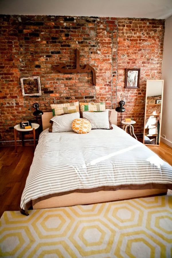 ziegelmauer-schlafzimmer-gelbe-kissen