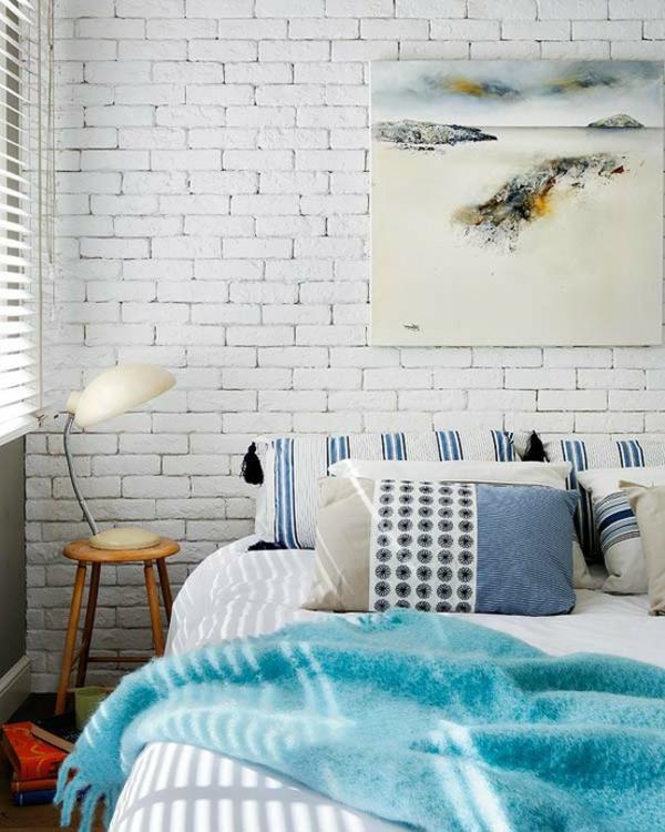 exponierte-wand-schlafzimmer-in-weiß
