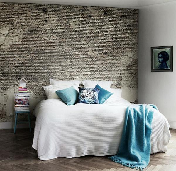 ziegelmauer-schlafzimmer-mit-blauen-kissen