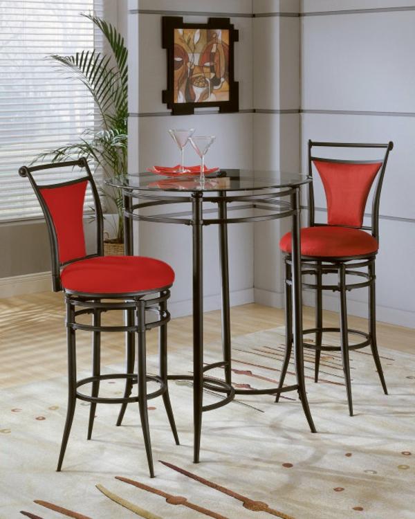 zwei-coole-rote-barhocker-neben einem runden glastisch