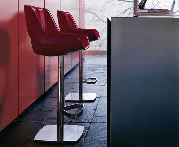 zwei-elegante-rote-barhocker- in einer elegant ausgestatteten wohnung
