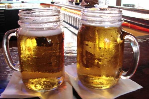 zwei-gläser-mit-bier-geschenk-zum-vatertag- cooles geschenk