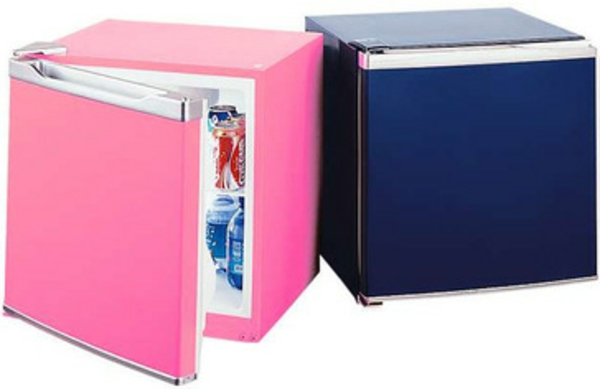 zwei-kleine-kühlschränke-rosa-und-dunkel-blau-hintergrund in weiß