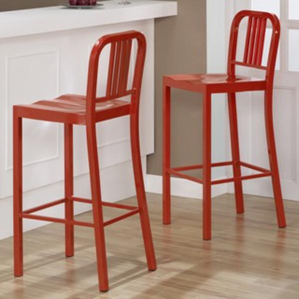 zwei-rote-barhocker-aus-metall-neben einem weißen bar