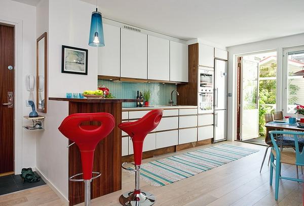 zwei-rote-barhocker-in-einer-luxuriösen-wohnung-buntes teppich und gemütliche atmosphäre in der küche