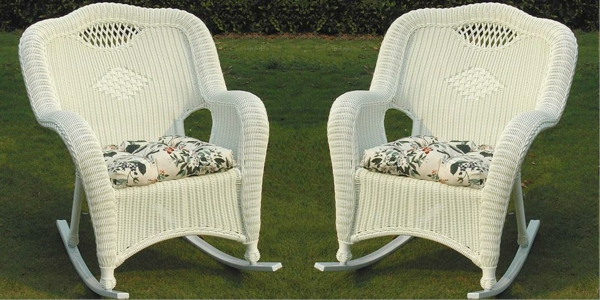 zwei-weiße-rattan-schaukelstühle-draußen stellen