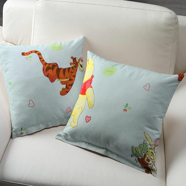 zwei-wunderschöne-winnie-pooh-kissen-auf einem weißen sessel