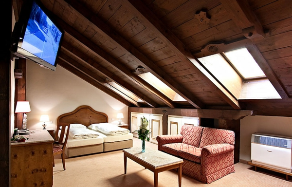 Dachgeschoss-aus-dunkles-holzdach-wohnzimmer