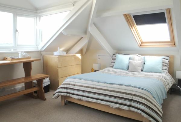 Dachgeschoss-einrichten-weiße-wänden-holzbank-und-tisch