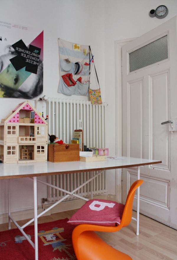 Eiermann-kinderschreibtisch-mit-dem Häuschen-und organgem-Stuhl