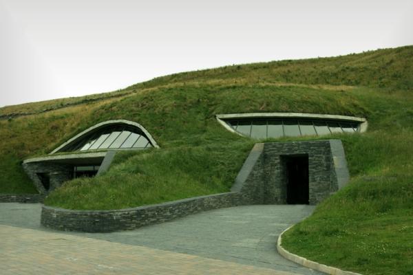 Farbbedeutung-Grün-interessante-grüne-Architektur-und-der-Eingang