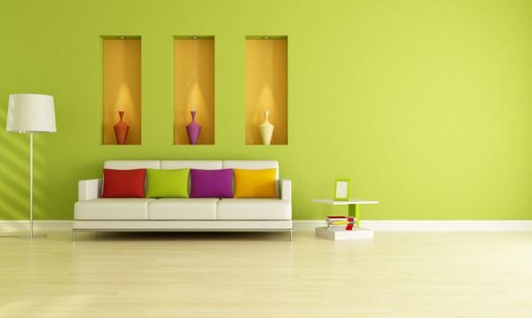 Farbbedeutung-Grün-mit-Wand-Deko-und-vielen-bunten-Kissen-und drei-Vasen