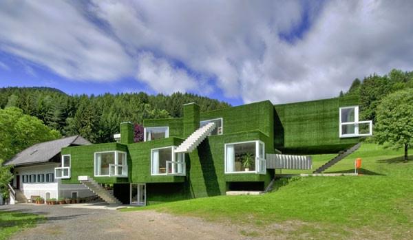 Farbbedeutung-Grün-modernes-Gebäude-grün-und-schön-mit-blauem-Himme